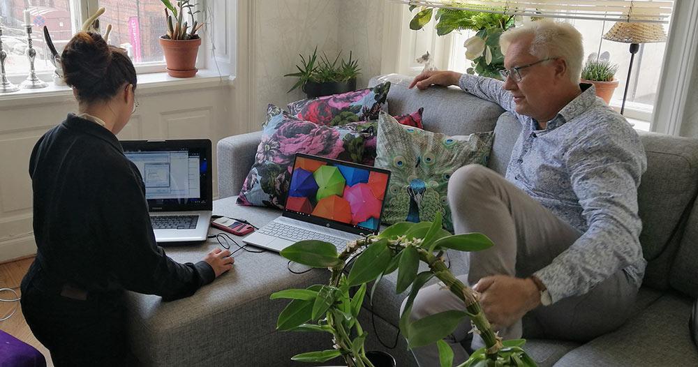 """Lars Åke """"Babsan"""" och en Fixare från Hemfixarna sitter i ett rum och kollar på en dator"""